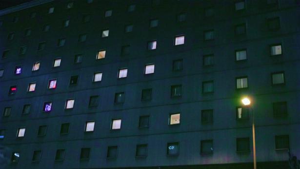 5_明かりのついた不気味なホテル_small